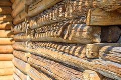 Details des Blockhauseckgelenkes mit runden Klotz und Wand des Holzhauses am sonnigen Frühlingstag Stockfotos