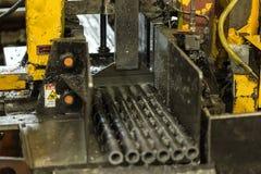 details Des buissons en acier sont coupés sur la scie de banc Fourniture à b Images libres de droits