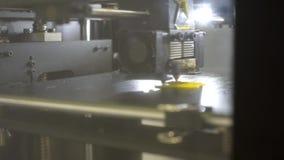 Details des Drucken 3d Drucker 3d f?r den Druck von mehrfarbigen Spielwaren stock video