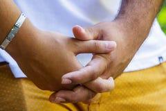 Details des Händchenhaltens eines Paares lizenzfreies stockbild