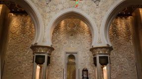 Details des Innenraums zu Sheikh Zayed Mosque, 99 Namen von Allah, Abu Dhabi, UAE Lizenzfreies Stockfoto