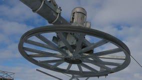 Details des Metallflaschenzugmechanismus des Skiaufzugs-Aufzugdrahtsystems mit Hintergrund des blauen Himmels stock video