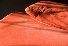 Details des roten ledernen Sofas Stockfotos