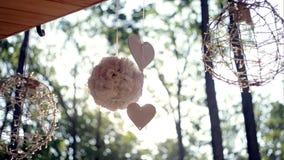 Details, die Dekoration - Herz und Blumenstrauß des Sommerblumen-Frühlingsmorgens heiraten stock footage