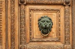 Details einer alten hölzernen geschnitzten Tür Lizenzfreie Stockbilder