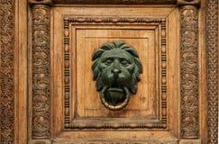 Details einer alten hölzernen geschnitzten Tür Stockfoto