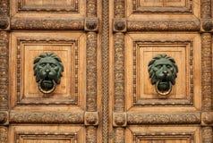 Details einer alten hölzernen geschnitzten Tür Stockbild