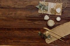 Details einer rustikalen Hochzeit über hölzernem Hintergrund Flache Lage, Draufsicht, stockbild