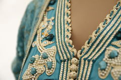 Details eines blauen marokkanischen Kaftans Stockfoto