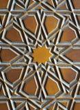 Details eines feinen Holzes Kunst auf der Tür schnitzend stockbilder