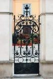Details, structuur en ornamenten van smeedijzerdeur Wroclaw, Polen royalty-vrije stock foto