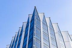 Details van de bureaubouw buitenkant Bedrijfsgebouwenhorizon die omhoog met blauwe hemel kijken Moderne architectuurflat High-tec stock afbeelding