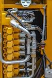 Details van de motor van een geel op zwaar werk berekend bouwvoertuig stock afbeeldingen