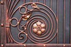 Details van de structuur en decoratiesmeedijzerpoort Uitstekende de kleurenbeelden van het metaalkoper Decoratieve rol en Royalty-vrije Stock Afbeelding