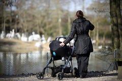 Mum en baby bij dierentuin Royalty-vrije Stock Foto's