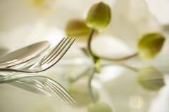 Details van een vork en een lepel bij het wijzen van op oppervlakte Stock Fotografie
