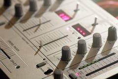 Details van elementen en schakelaars van een muzikaal toetsenbord van DJ stock foto