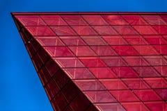 Details van glasvoorgevel met kleurrijke rood en Stock Fotografie