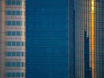 Details van glasvoorgevels van dynamische bedrijfsgebouwen in Frankf Stock Foto