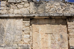 Details van gravures op de muur van een platform bij Mayan Ruïnes van Chichen Itza, Mexico Stock Fotografie