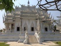 Details van handen witte tempel, wat rong khun, Chiang Rai stock fotografie