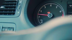 Details van het auto de binnenlandse dashboard met aanwijzingslampen Auto het detailleren Het controlebord van de auto Dashboardc stock video