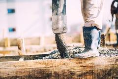 Details van het concrete gieten tijdens bouw van huis Industriële details, machines en mensen stock foto