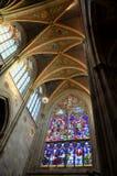 Details van het plafond en een gebrandschilderd glasvenster in een ghotic kathedraal in Wenen Stock Afbeelding
