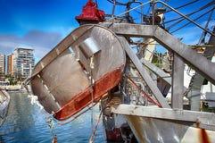 Details van ijzerdeuren in een treiler vissersboot in Calpe wordt gedokt die Stock Foto