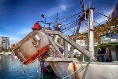 Details van ijzerdeuren in een treiler vissersboot in Calpe wordt gedokt die Stock Fotografie