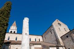 Details van kolom en zijgevels van Aquileia-Basiliek royalty-vrije stock fotografie