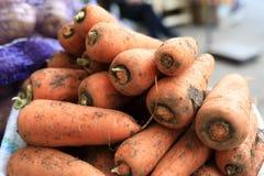 Details van ongewassen wortelen stock foto