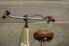 Details van oude gele fiets leerzetel met schokbrekers en wiel Royalty-vrije Stock Afbeeldingen