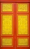 Details van Thaise deurgravure in traditionele stijl. Royalty-vrije Stock Afbeeldingen