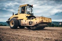 Details van wegbouwwerf - industriële machines, het trillingsgrondpers werken stock fotografie