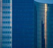 Details von Glasfassaden von Geschäftsgebäuden in Frankfurt, Deutschland Lizenzfreies Stockbild