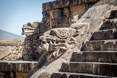 Details von Quetzalcoatl-Pyramide an Teotihuacan-Ruinen schnitzen - Mexiko City, Mexiko lizenzfreies stockfoto