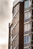 Detailvoorgevel van nieuwe en moderne high-rise flats in de Oekraïne Stock Foto's