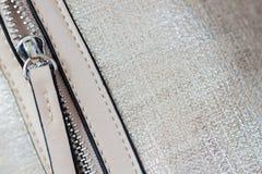 Detal сумки от кожи с штуцерами, молнии Eco металла скопируйте изображение космоса Розничные профиль и текстильная промышленность Стоковое фото RF