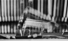 Detal des alten Schreibmaschinenjournalisten in bw-Ton Stockfotografie