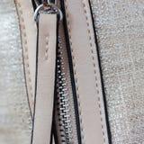 Detal van zak van Eco-leer met montage, metaalritssluiting Kleinhandelsprofiel en de Textielindustrie vierkant Royalty-vrije Stock Afbeelding