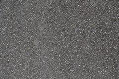 Detalhado perto acima da superfície do asfalto em ruas com pedras e quebras pequenas imagem de stock royalty free