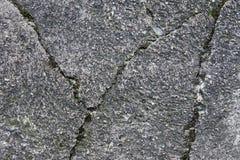 Detalhado perto acima da superfície do asfalto em ruas com pedras e quebras pequenas imagens de stock royalty free