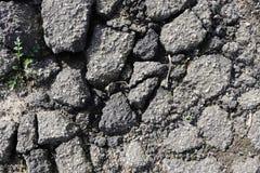 Detalhado perto acima da superfície do asfalto em ruas com pedras e quebras pequenas foto de stock royalty free