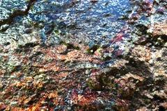 Detalhado perto acima da superf?cie da casca colorida pulverizou a pintura em muros de cimento resistidos imagens de stock