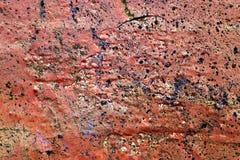 Detalhado perto acima da superf?cie da casca colorida pulverizou a pintura em muros de cimento resistidos foto de stock
