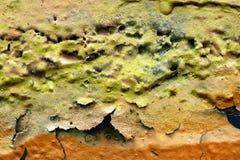 Detalhado perto acima da superf?cie da casca colorida pulverizou a pintura em muros de cimento resistidos fotos de stock