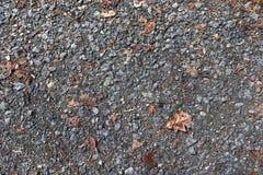 Detalhado perto acima da superf?cie do asfalto em ruas com pedras e quebras pequenas foto de stock royalty free