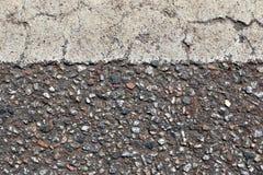 Detalhado perto acima da superf?cie do asfalto em ruas com pedras e quebras pequenas fotografia de stock