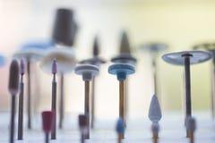 Detalhado perto acima de instrumentos dentais diferentes, brocas e a imagens de stock